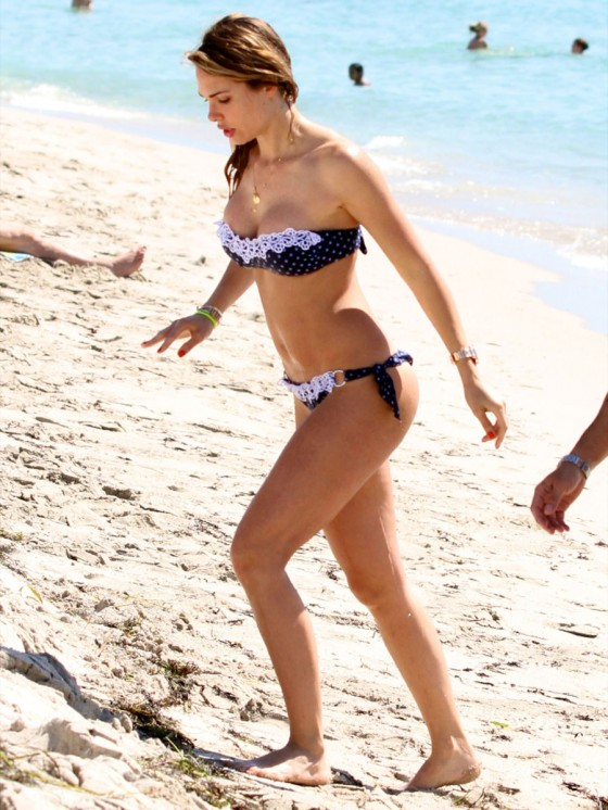 Ilary Blasi – Thong Bikini in Miami-03