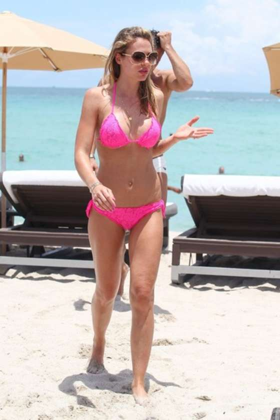 Ilary Blasi in a pink bikini in Miami-05