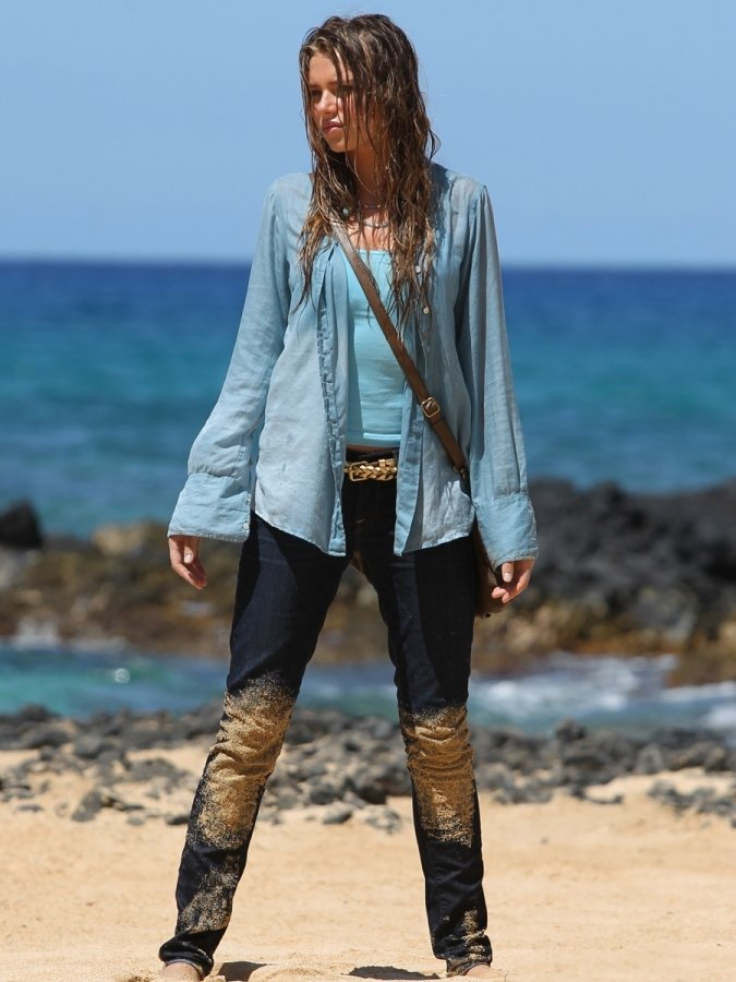 Indiana Evans 2012 : Indiana Evans On the set of Blue Lagoon in Maui-01