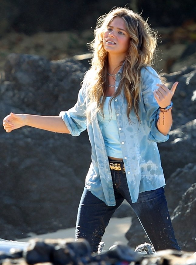 Indiana Evans 2012 : Indiana Evans On the set of Blue Lagoon in Maui-05