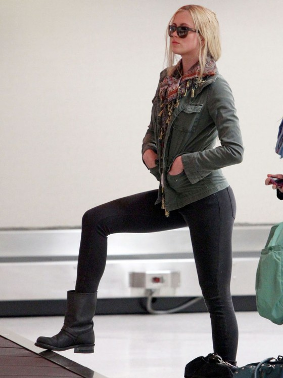 Ireland Baldwin in Tight Jeans -01