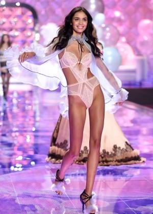 Irina Sharipova: 2014 VS Fashion Show Runway -04