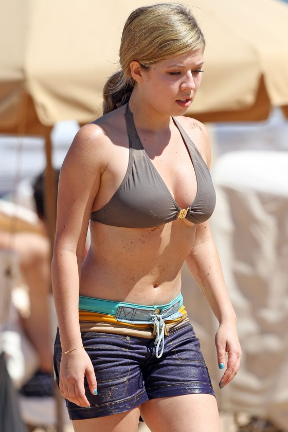 Jennette McCurdy - Bikini candids on vacation in Maui