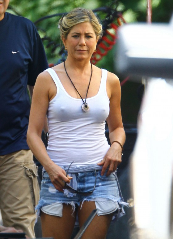 jennifer-aniston-in-denim-shorts-on-the-set-of-were-the-millers-in-wilmington-01