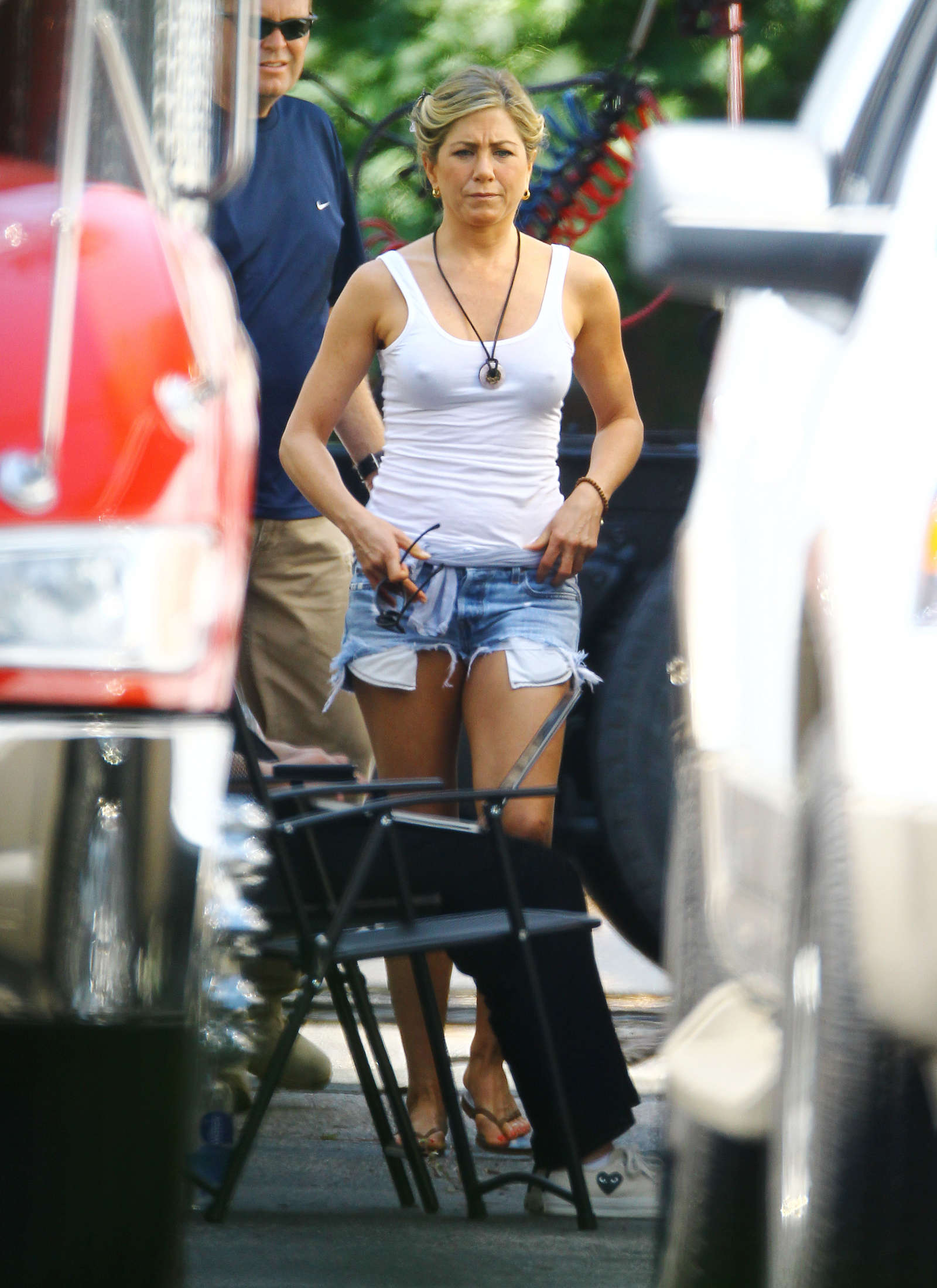 jennifer-aniston-in-denim-shorts-on-the-set-of-were-the-millers-in-wilmington-02