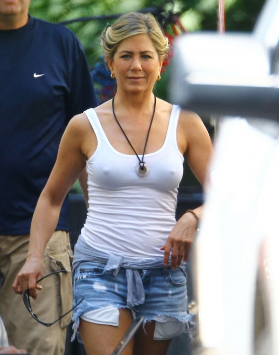jennifer-aniston-in-denim-shorts-on-the-set-of-were-the-millers-in-wilmington-05