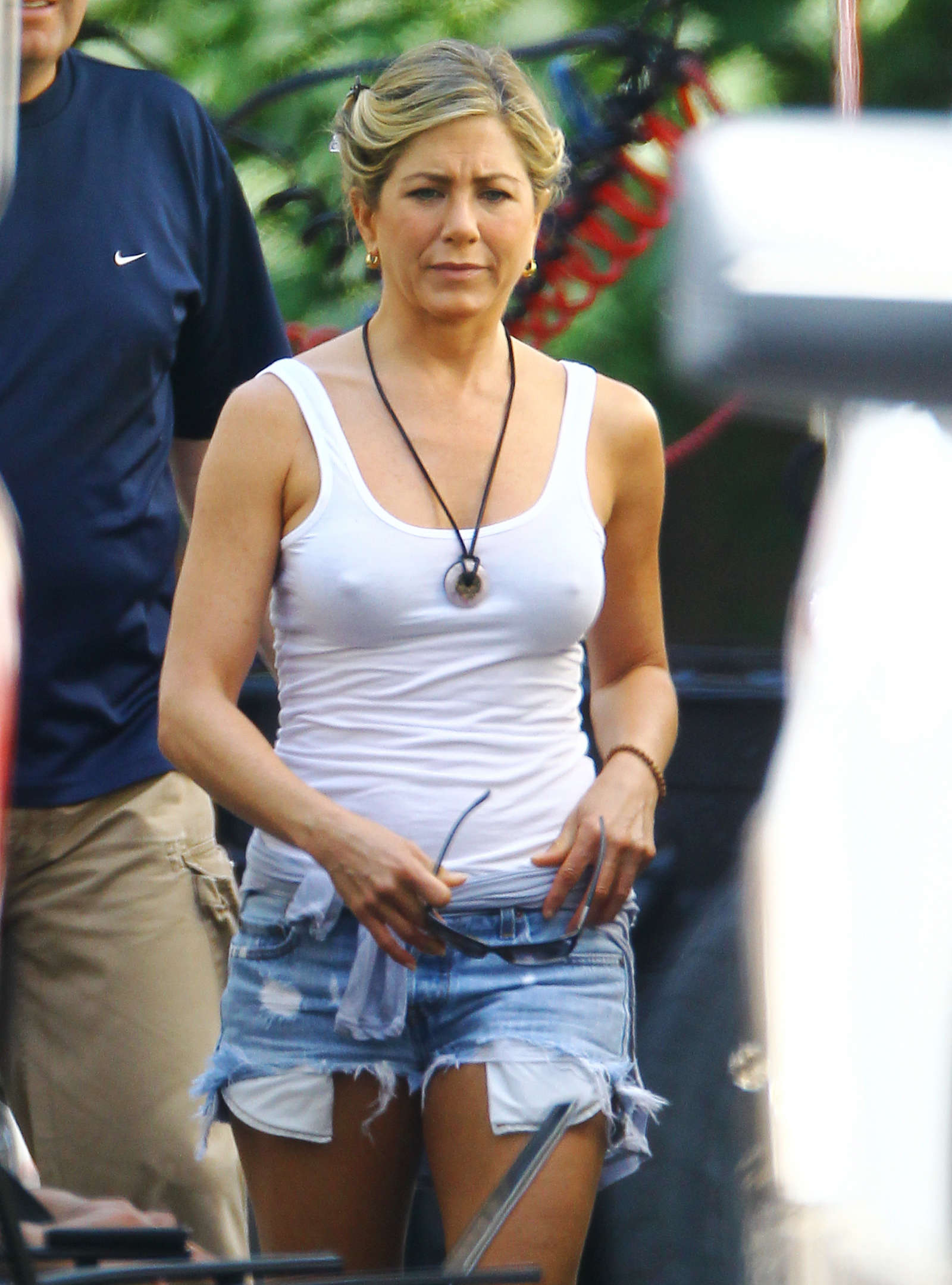 Jennifer Aniston 2012 : jennifer-aniston-in-denim-shorts-on-the-set-of-were-the-millers-in-wilmington-06