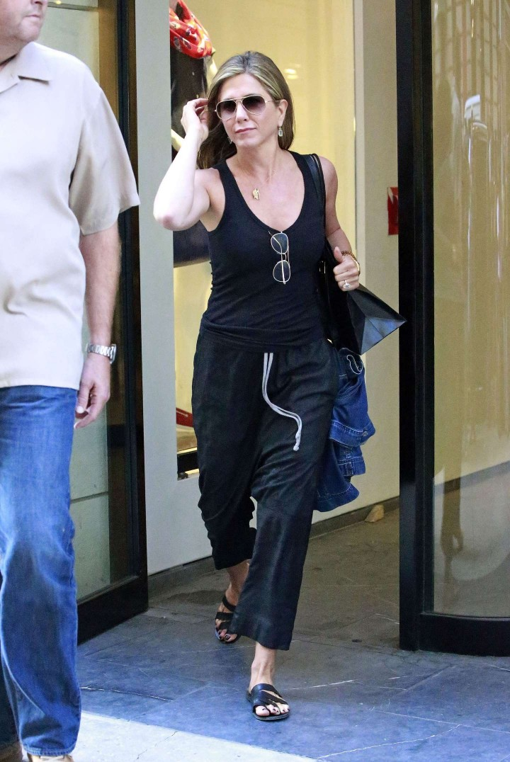 Jennifer Aniston: Leaving Barneys -03