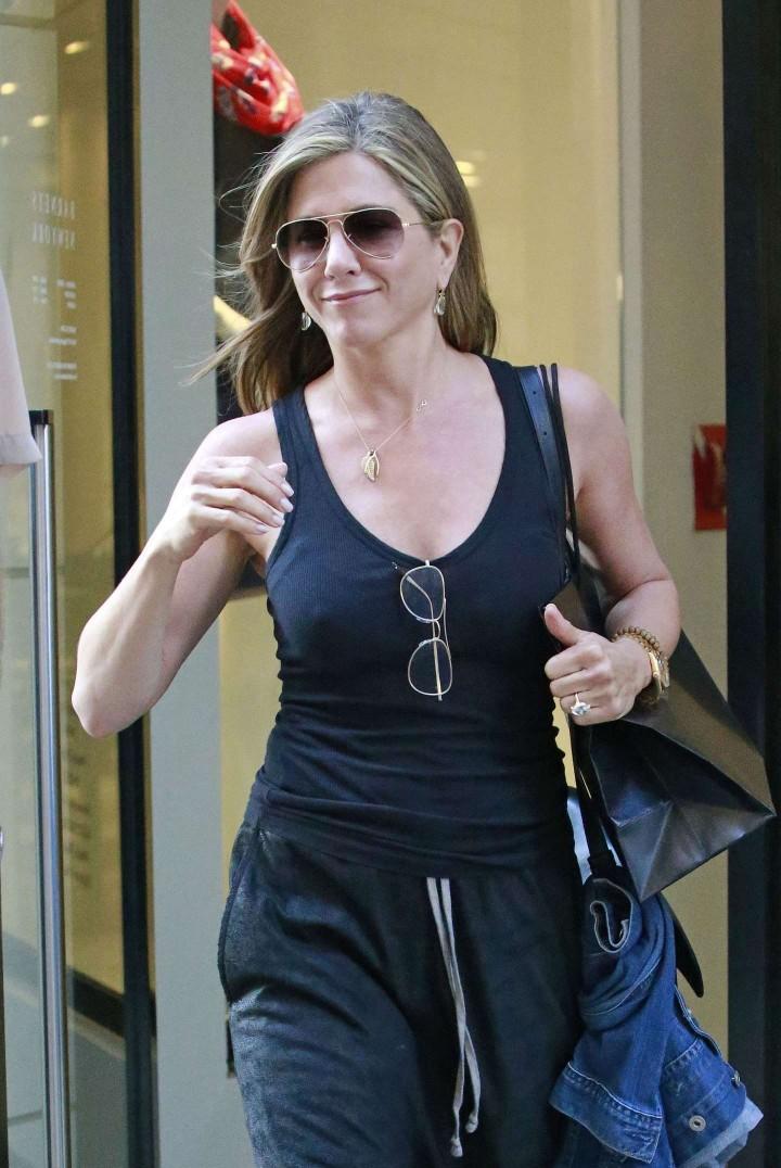 Jennifer Aniston: Leaving Barneys -04