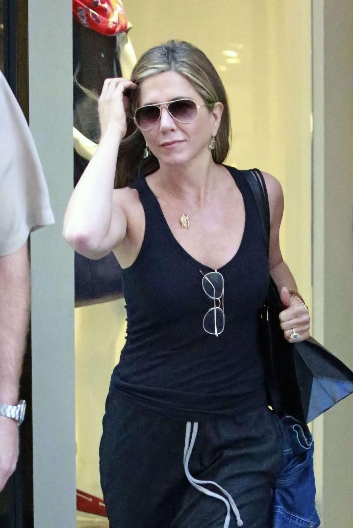 Jennifer Aniston: Leaving Barneys -05