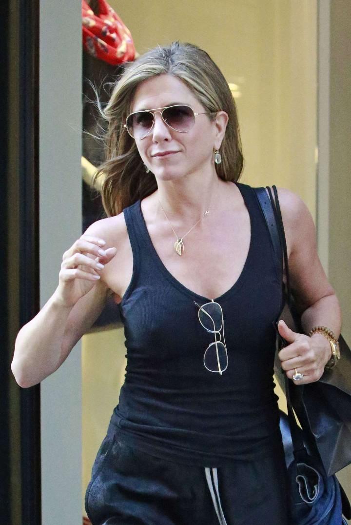 Jennifer Aniston: Leaving Barneys -07
