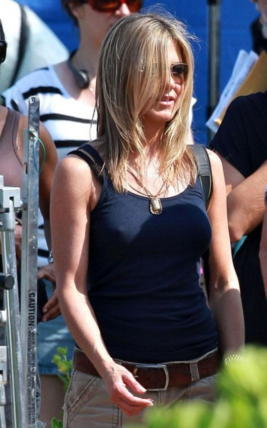 jennifer-aniston-on-the-set-of-just-go-with-it-in-hawaii-01