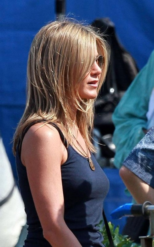 jennifer-aniston-on-the-set-of-just-go-with-it-in-hawaii-04