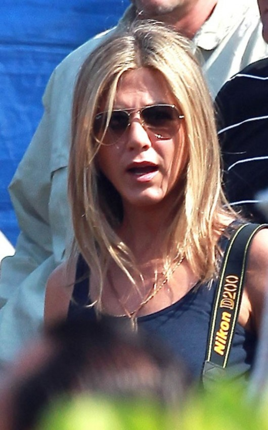 jennifer-aniston-on-the-set-of-just-go-with-it-in-hawaii-07