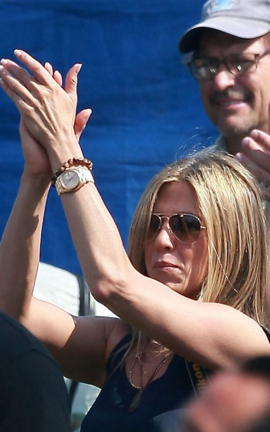 jennifer-aniston-on-the-set-of-just-go-with-it-in-hawaii-08