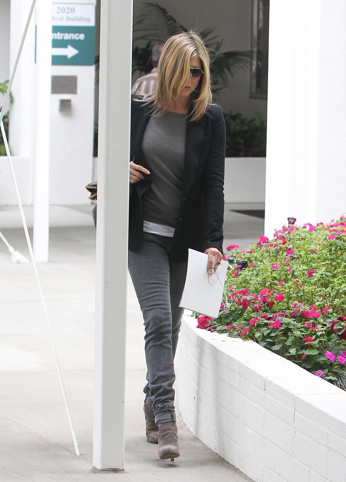 Jennifer Aniston Tight Jeans 01 Gotceleb