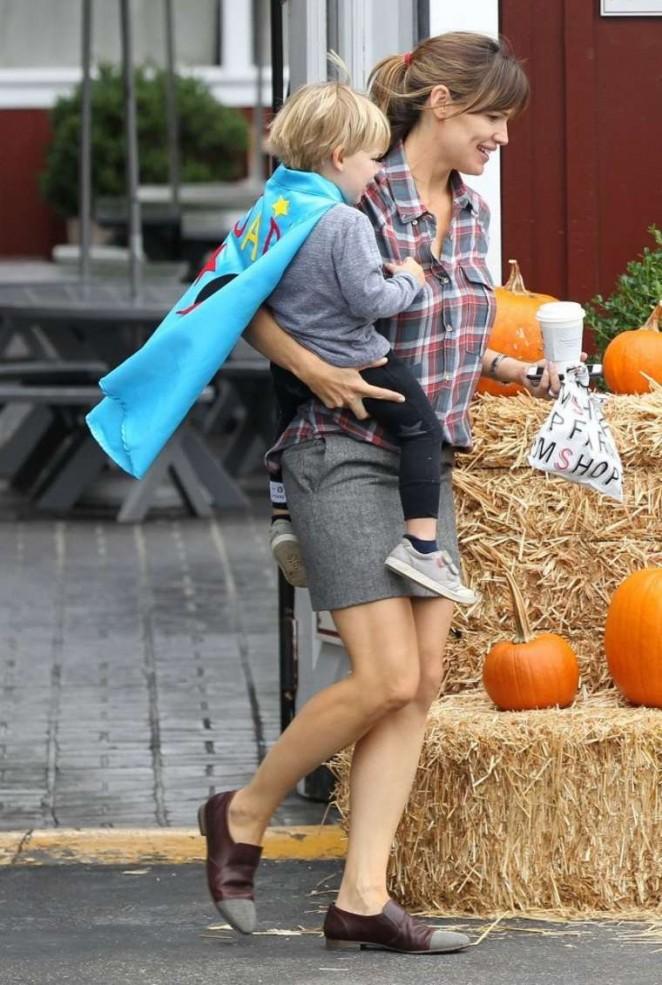 Jennifer Garner in Short Skirt at Farmshop at the Brentwood Country Mart in Brentwood