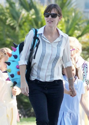 Jennifer Garner in Tight Pants Runs Errands With Her Daughters in Santa Monica