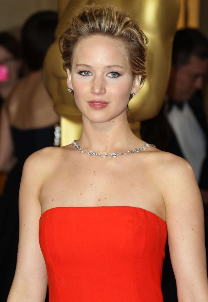 http://www.gotceleb.com/wp-content/uploads/celebrities/jennifer-lawrence/86th-annual-academy-awards-in-hollywood/Oscar-2014:-Jennifer-Lawrence--02-720x1042.jpg
