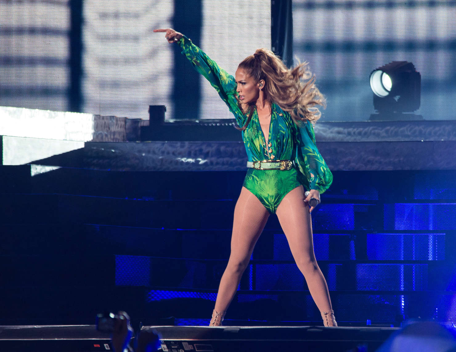 Jennifer lopez on stage live in concert in the bronx 13 Where does jennifer lopez live