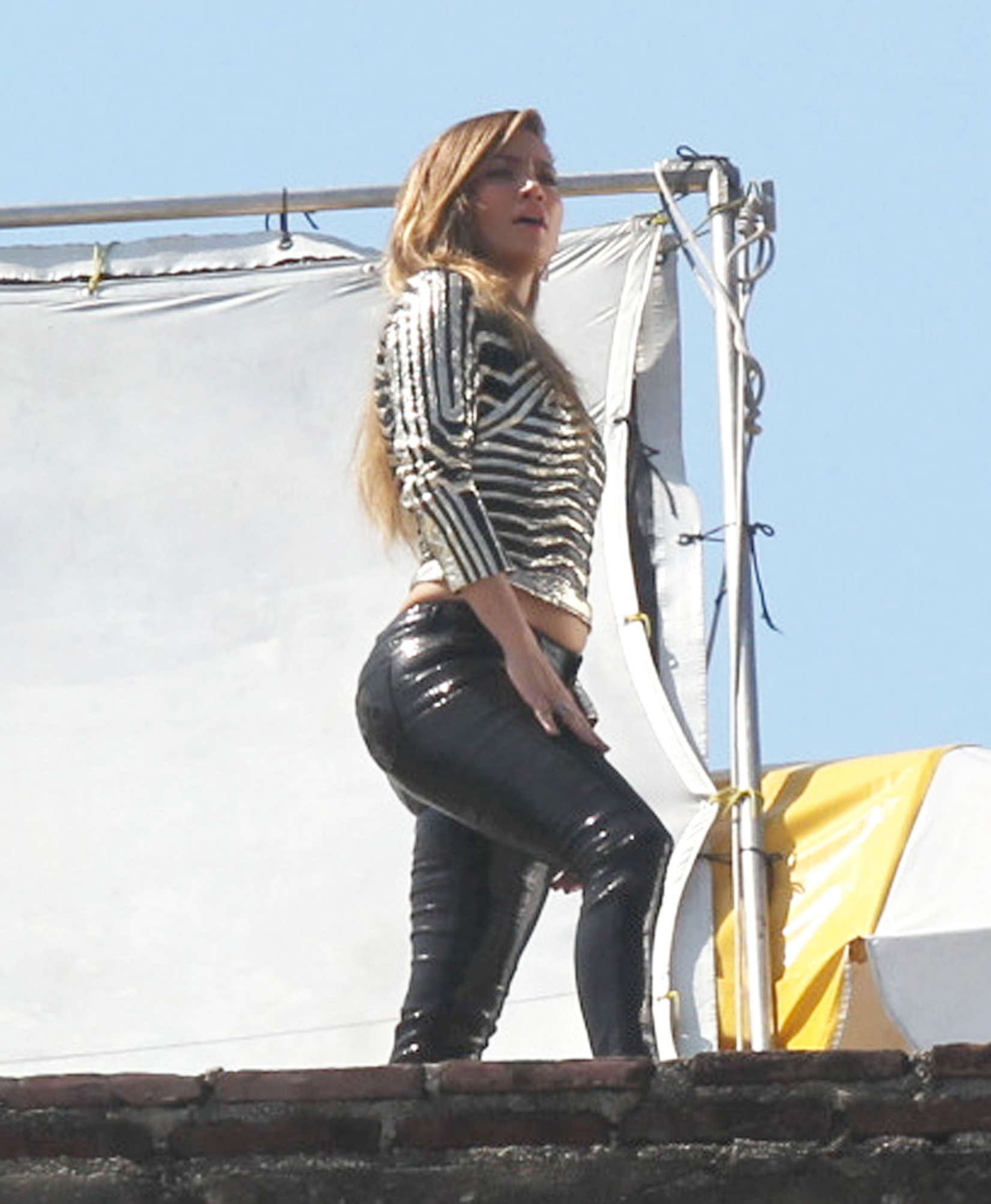 jennifer-lopez-on-the-set-of-follow-the-leader-in-acapulco-25