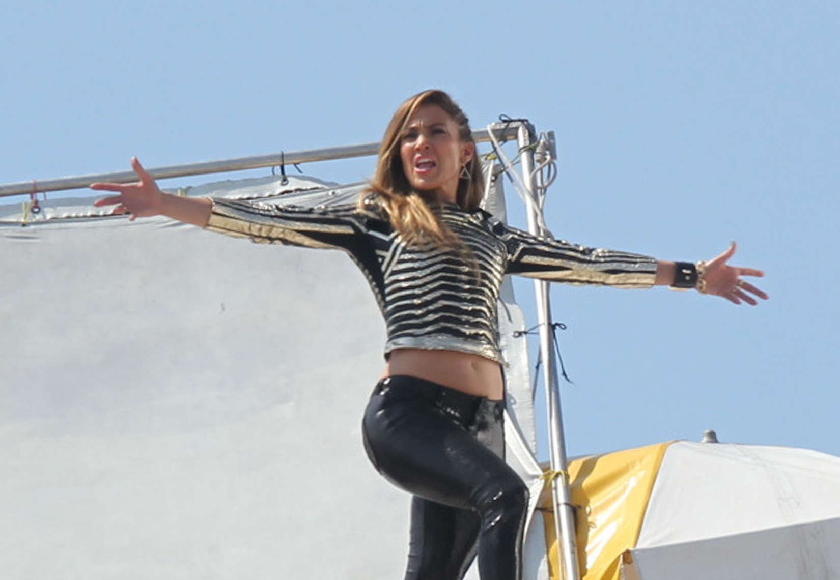 jennifer-lopez-on-the-set-of-follow-the-leader-in-acapulco-28
