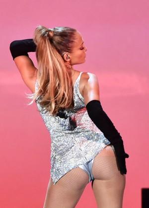 Jennifer Lopez Performs Live at 2014 Fashion Rocks -01
