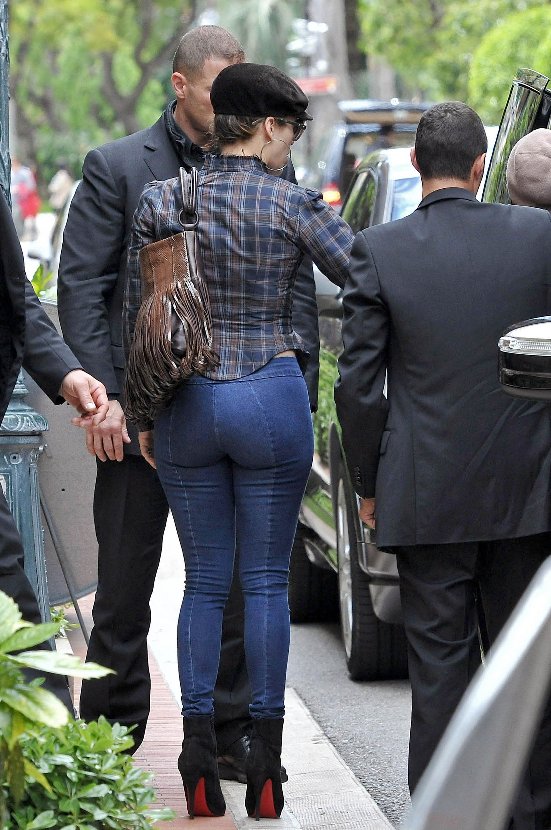 jennifer-lopez-tight-pants-candids-in-monaco-02