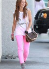 Jennifer Love Hewitt In a pink pants-02