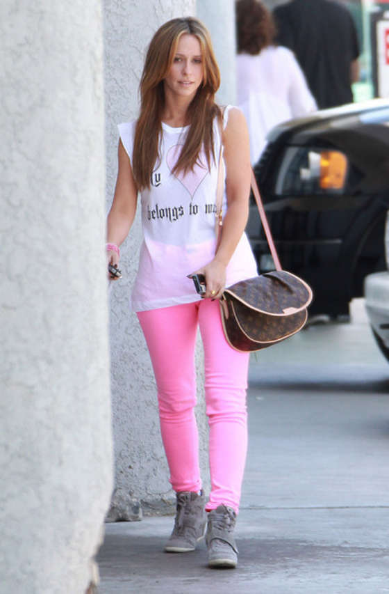 Jennifer Love Hewitt In a pink pants-04