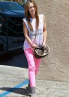 Jennifer Love Hewitt In a pink pants-05