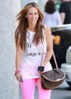 Jennifer Love Hewitt In a pink pants-09