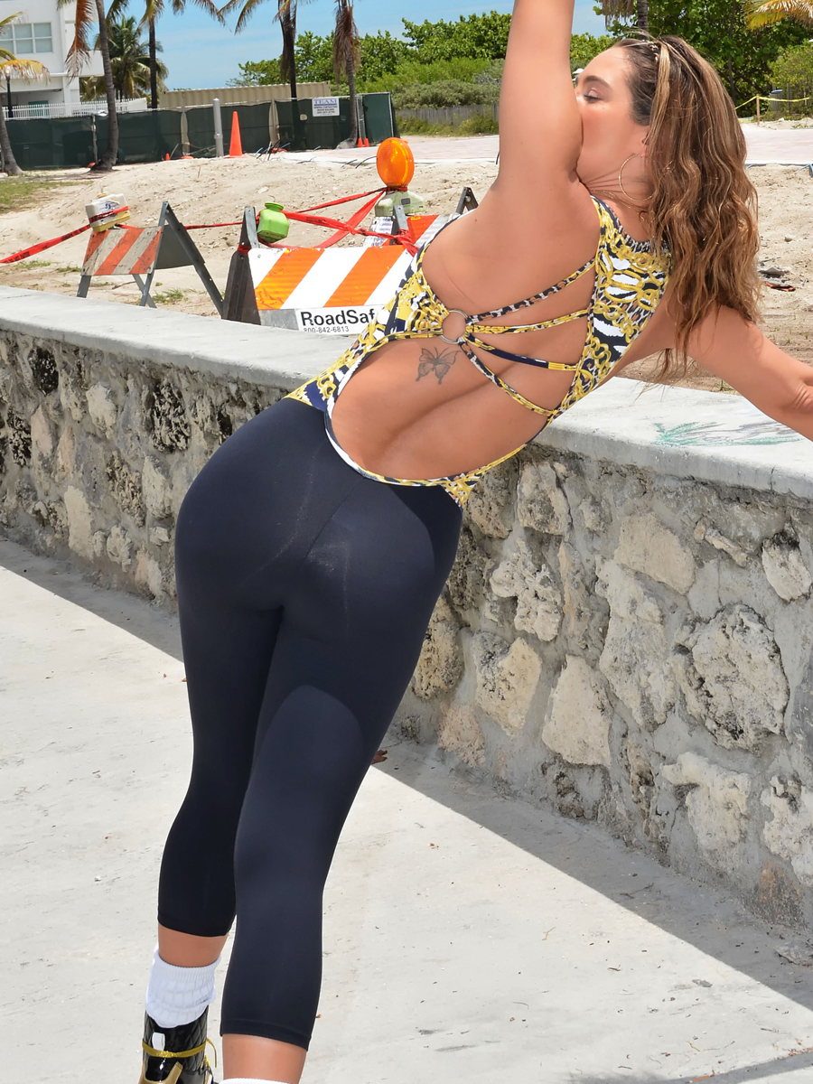 Jennifer Nicole Lee Workout In A Park In South Beach 01