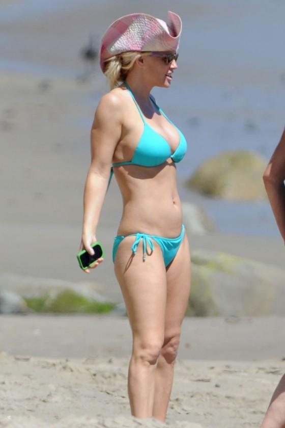 Jenny McCarthy - Bikini candids-02   GotCeleb