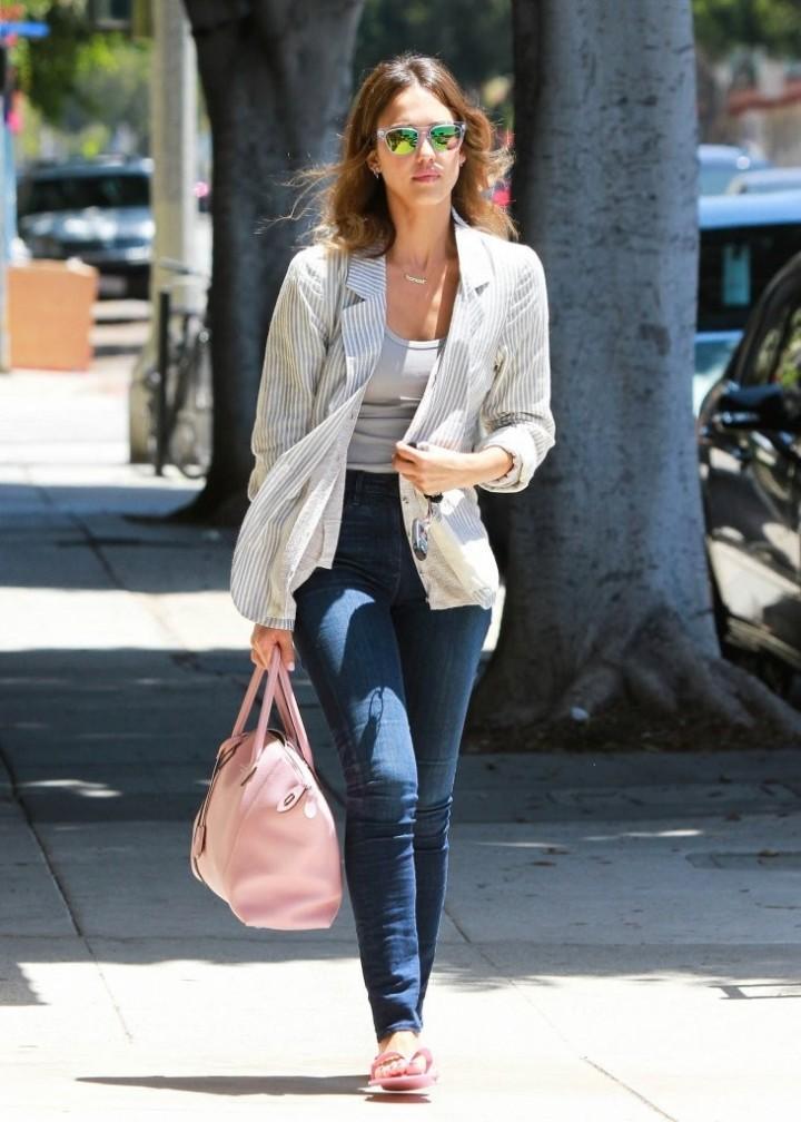 Jessica Alba in Jeans -10