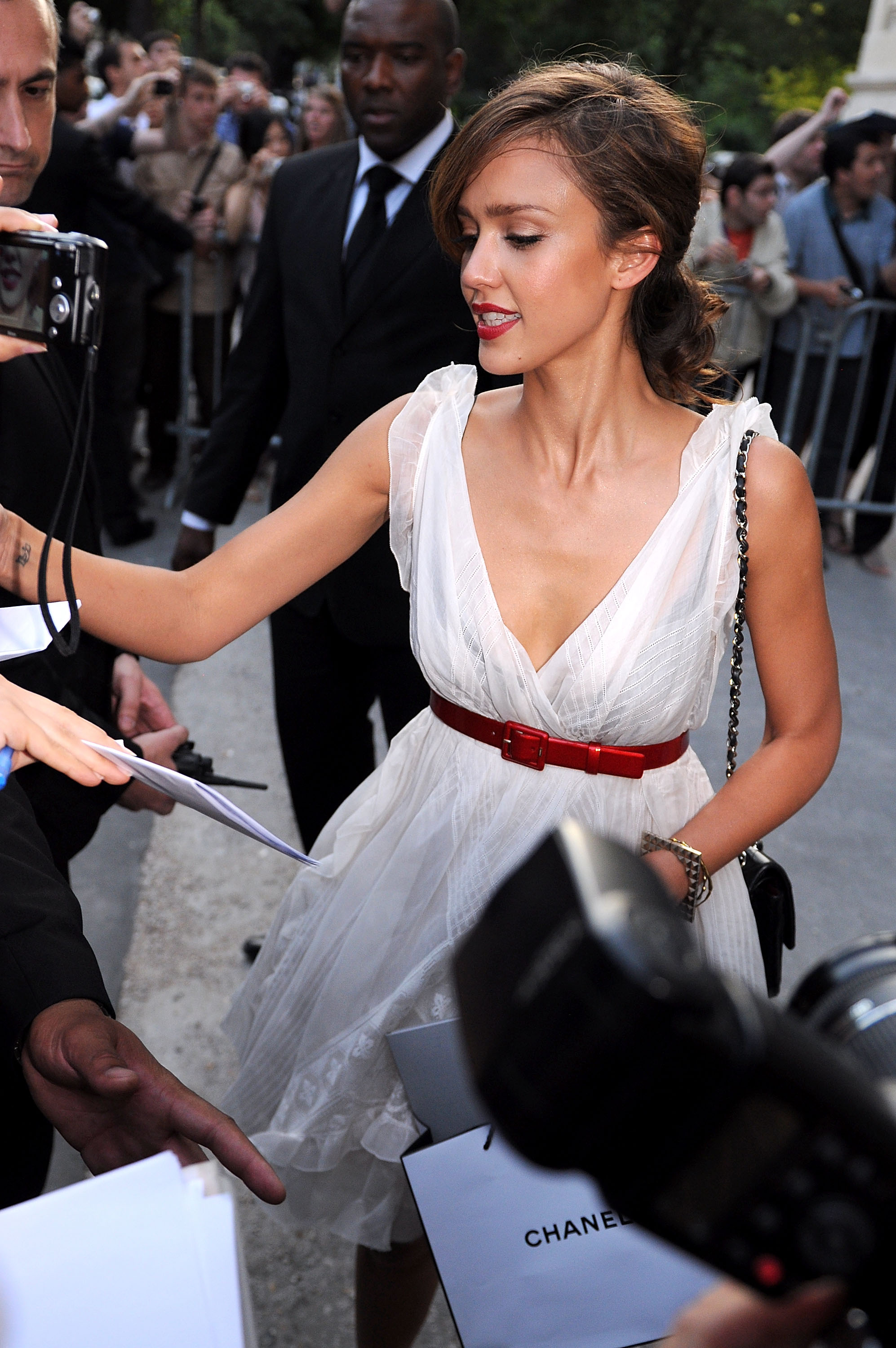Jessica Alba's Shows Serious Cleavage new picture