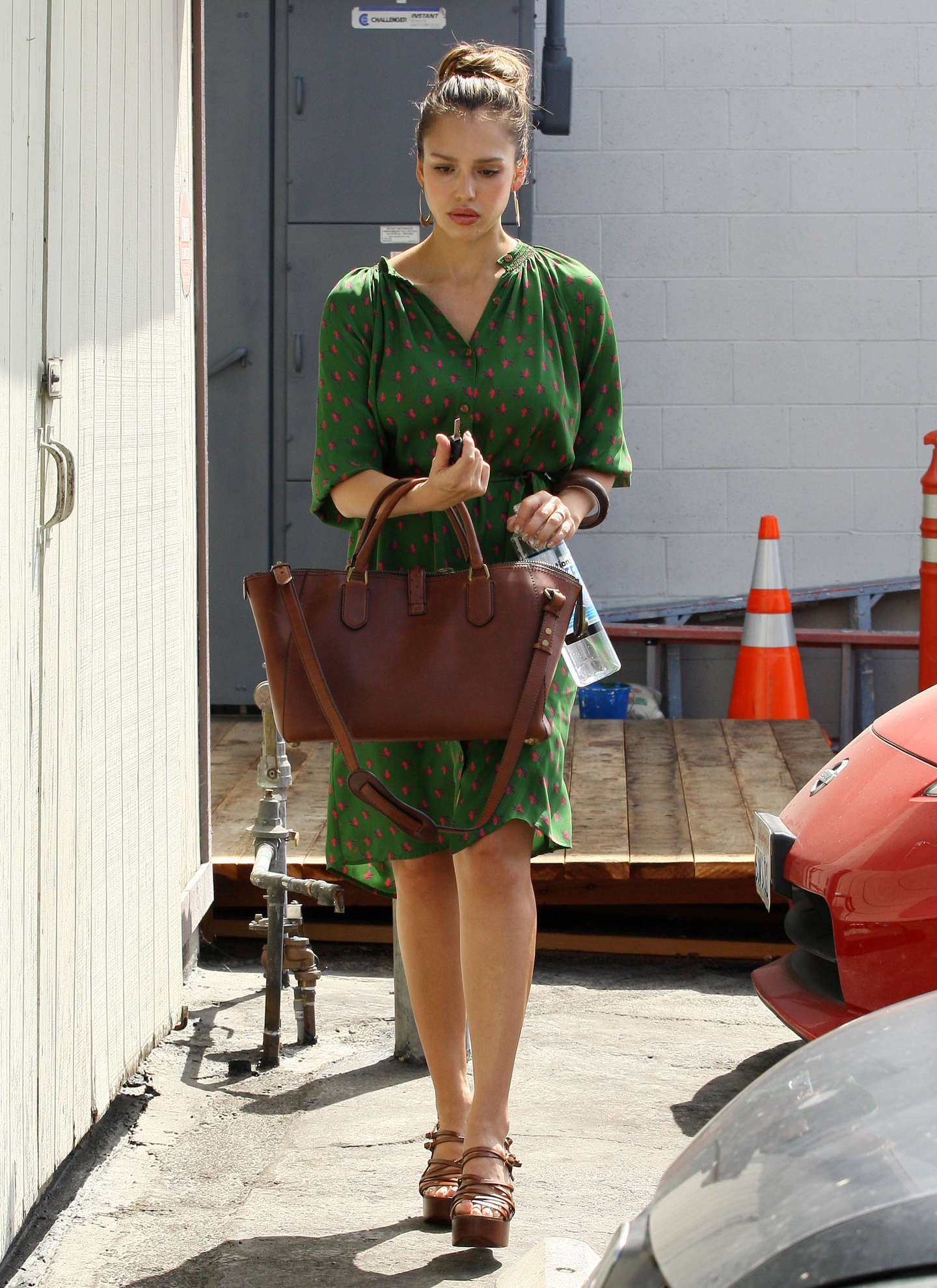 http://www.gotceleb.com/wp-content/uploads/celebrities/jessica-alba/green-dress-candids-at-studio-location-in-santa-monica-sept-29/Jessica%20Alba%20-%20Green%20Dress%20-11.jpg