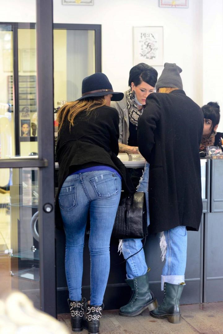 Jessica Alba in Tight Jeans -07