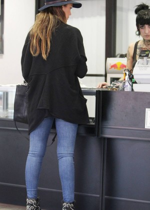 Jessica Alba in Tight Jeans -15