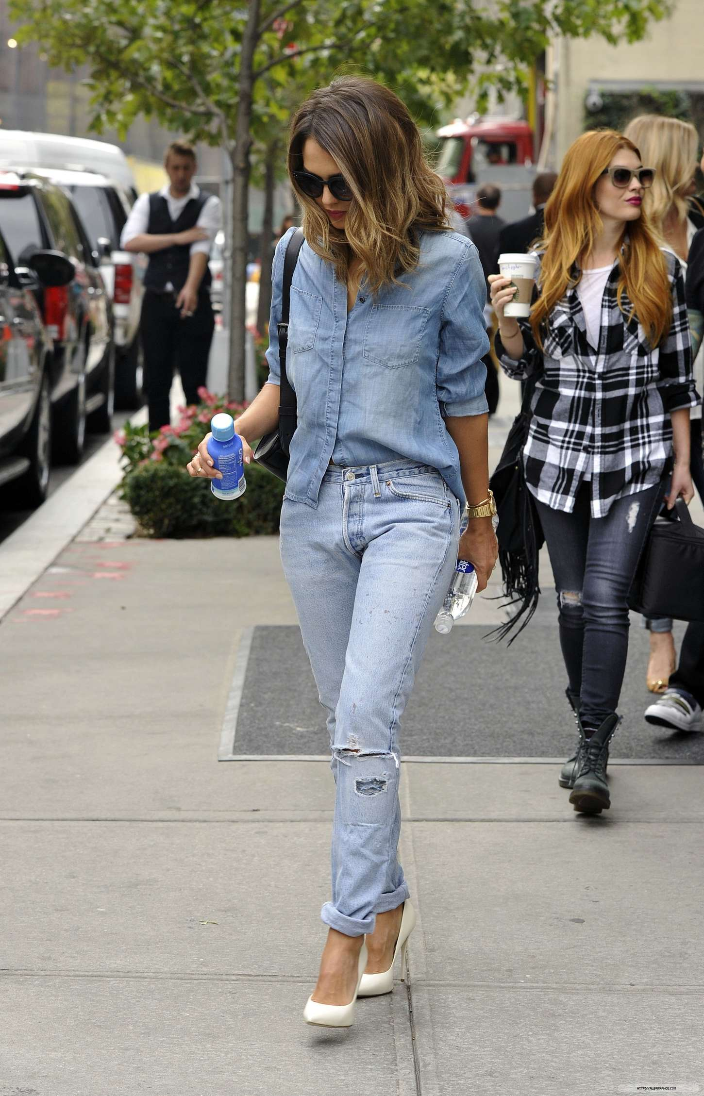Jessica Alba In Jeans Leaving The Hotel In Los Angeles