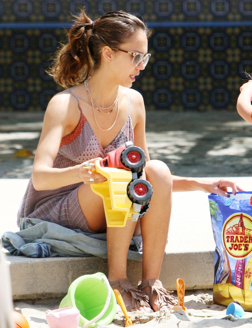 Jessica Alba 2010 : jessica-alba-leggy-candids-at-beverly-glen-park-02