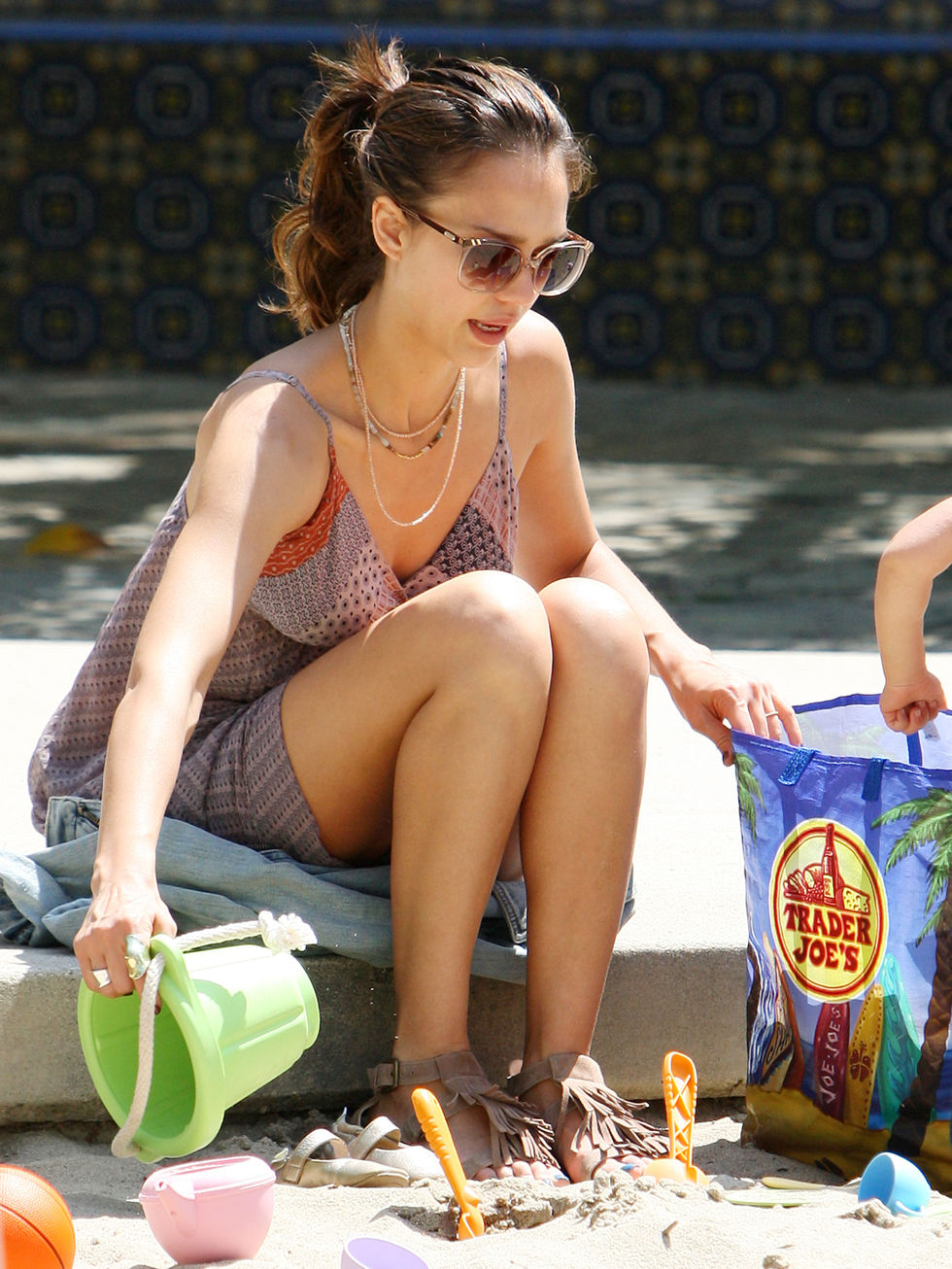 Jessica Alba 2010 : jessica-alba-leggy-candids-at-beverly-glen-park-03