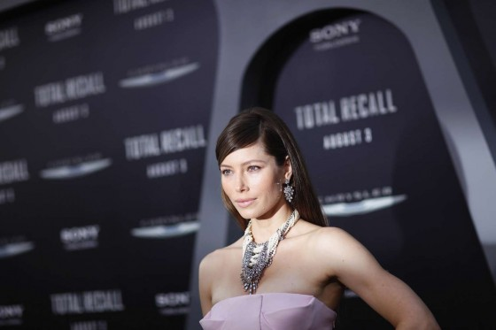jessica-biel-at-total-recall-premiere-in-hollywood-01