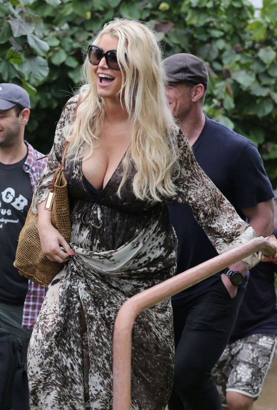 Jessica Simpson - out and about in Hawaii - 13/01/03