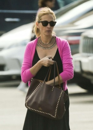 Julia Roberts Street Style - Out and about in Los Angeles