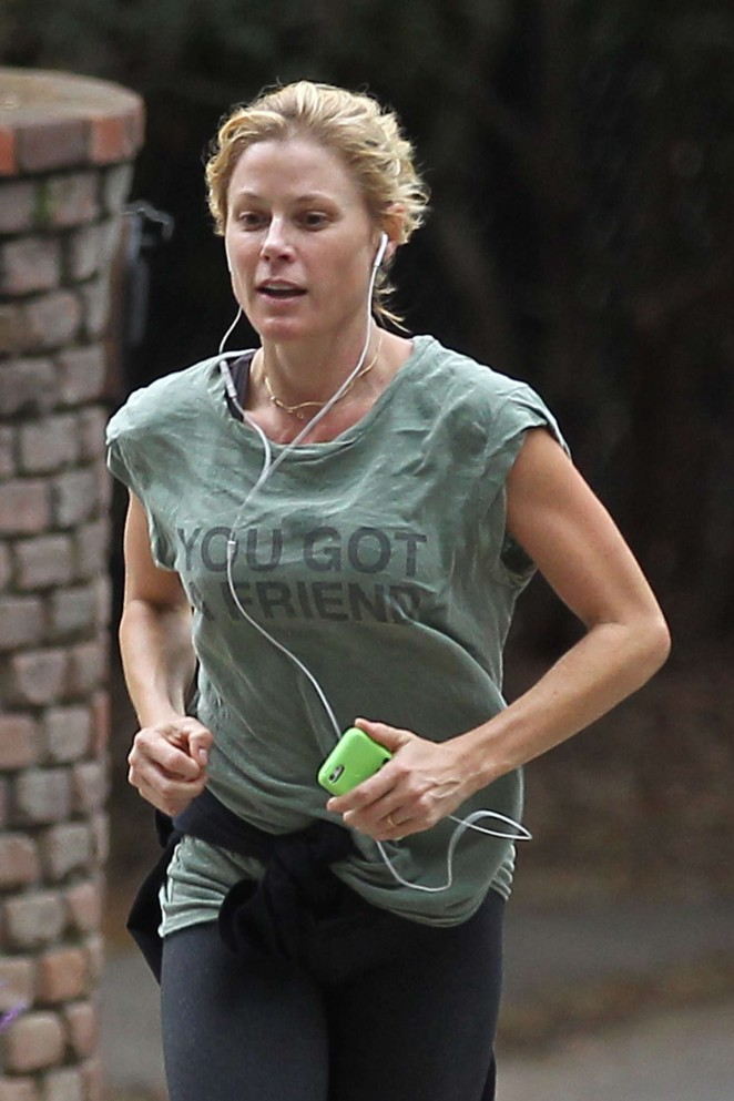 Julie Bowen in Leggings Jogging -05