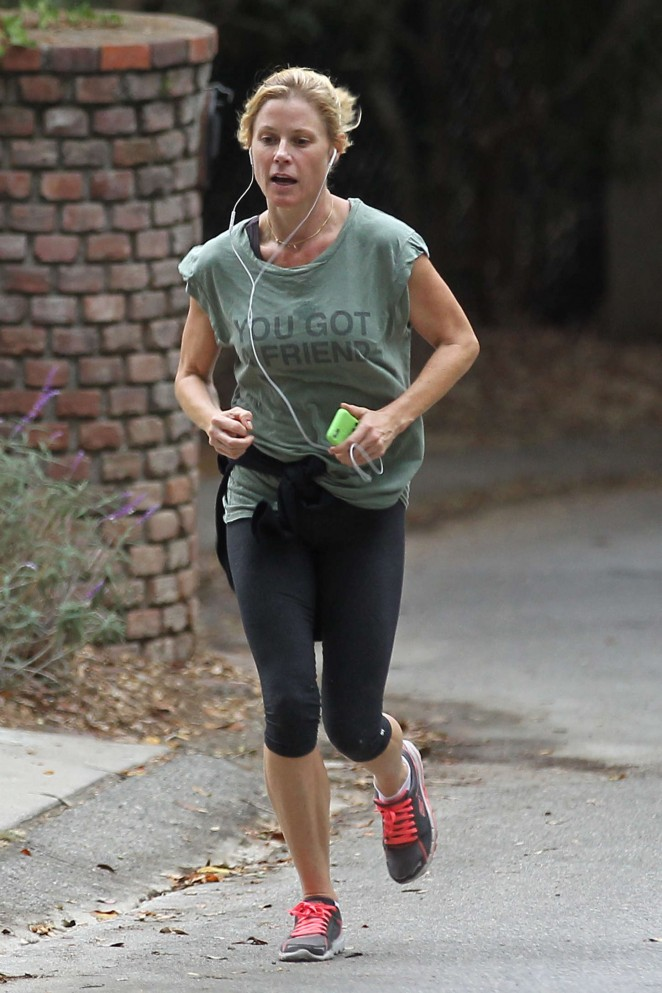 Julie Bowen in Leggings Jogging -06