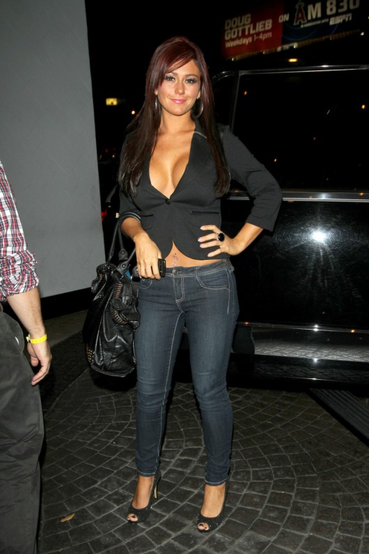 jwoww-cleavy-in-jeans-out-in-night-candids-waiting-for-playboy-december-2010-03