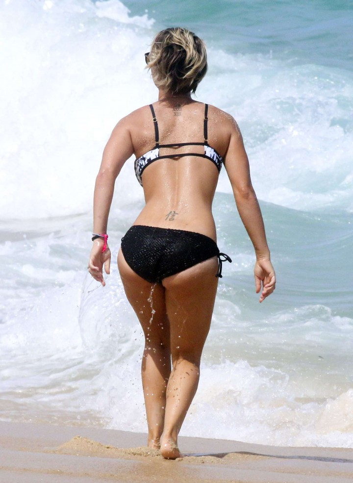 Kaley Cuoco in bikini 2014 -12