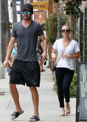 Kaley Cuoco - Out for lunch with Ryan Sweeting in Venice -02